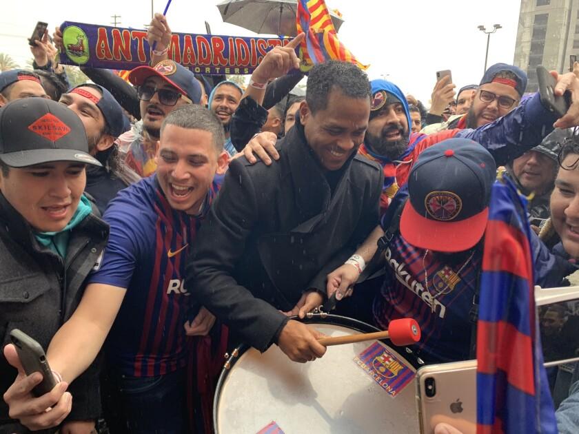 El exjugador del Barcelona, Patrick Kluivert, festeja el triunfo catalán durante una visita el sábado pasado en Los Ángeles.