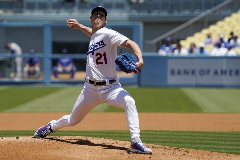El abridor de los Dodgers, Walker Buehler, lanza durante la primera entrada del juego de las Grandes Ligas.