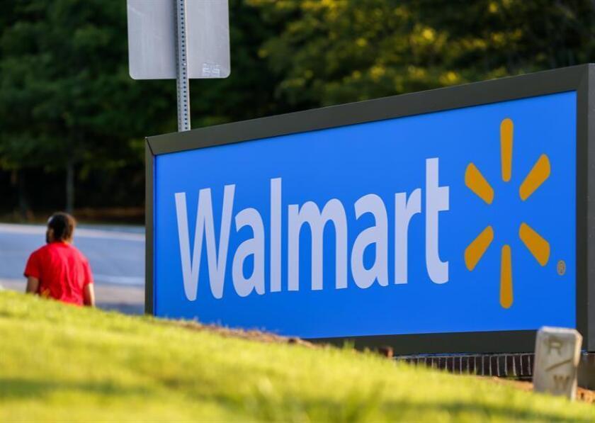 La cadena minorista estadounidense Walmart anunció hoy que ampliará de seis a cien las áreas metropolitanas donde entregará los comestibles adquiridos en línea, buscando enfrentar la creciente competencia en el segmento de entregas a domicilio. EFE/ARCHIVO