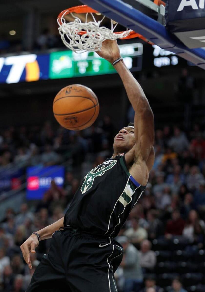 En la imagen un registro de Giannis Antetokounmpo, alero griego de los Bucks de Milwaukee, quien aportó un doble-doble de 37 puntos y 13 rebotes en el triunfo de su equipo 117-100 sobre los Jazz de Utah. EFE/Archivo