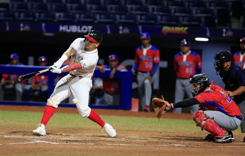 El mexicano Omar García (i) falla un bateo hoy, viernes 26 de octubre de 2018, en el juego entre las selecciones de República Dominicana y México por la Copa de Mundial de Béisbol Sub-23 que se disputa en Barranquilla (Colombia). EFE