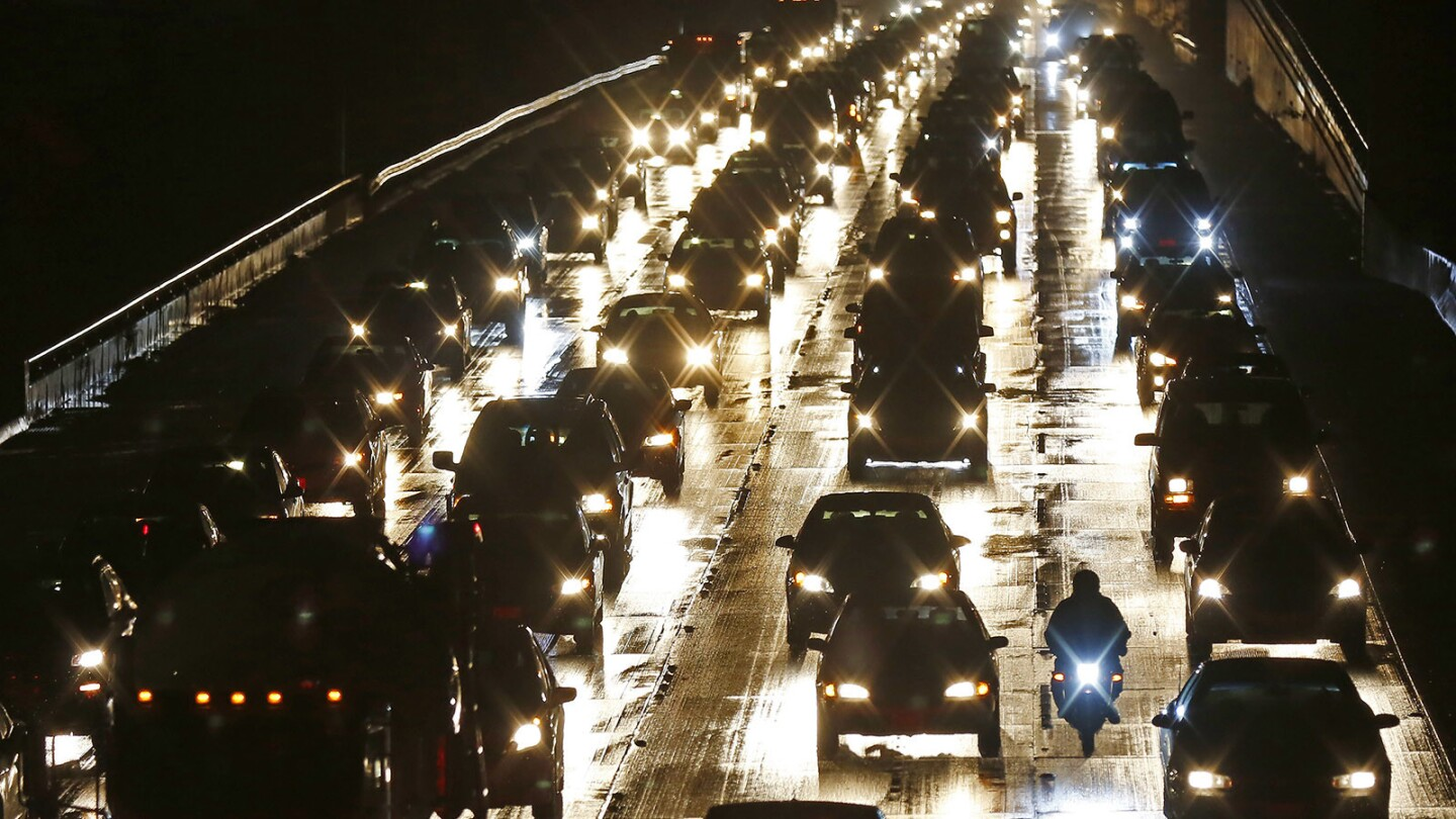 Traffic was slow on I-5 near downtown San Diego as the rain started for the afternoon commute on January 8, 2018. . (Photo by K.C. Alfred/ San Diego Union-Tribune)
