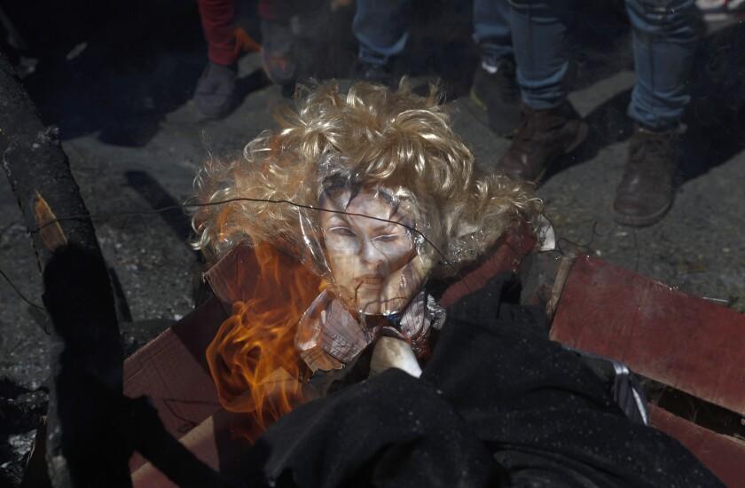 Manifestantes queman una representación de la presidenta interina Jeanine Áñez