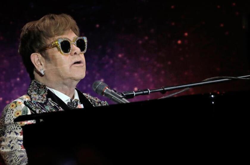 El cantante y compositor inglés Elton John actúa durante una rueda de prensa en Nueva York. EFE/Archivo