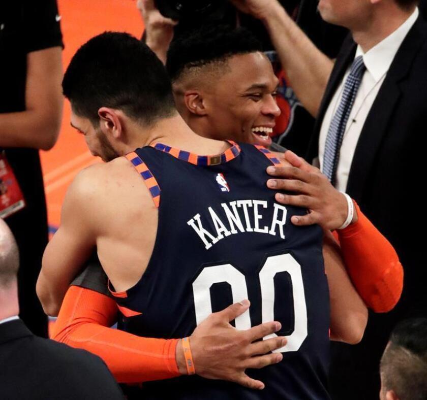 Russell Westbrook (d) de Oklahoma City Thunder abraza al turco Enes Kanter de Knicks este lunes en un partido de la NBA entre Oklahoma City Thunder y New York Knicks. EFE