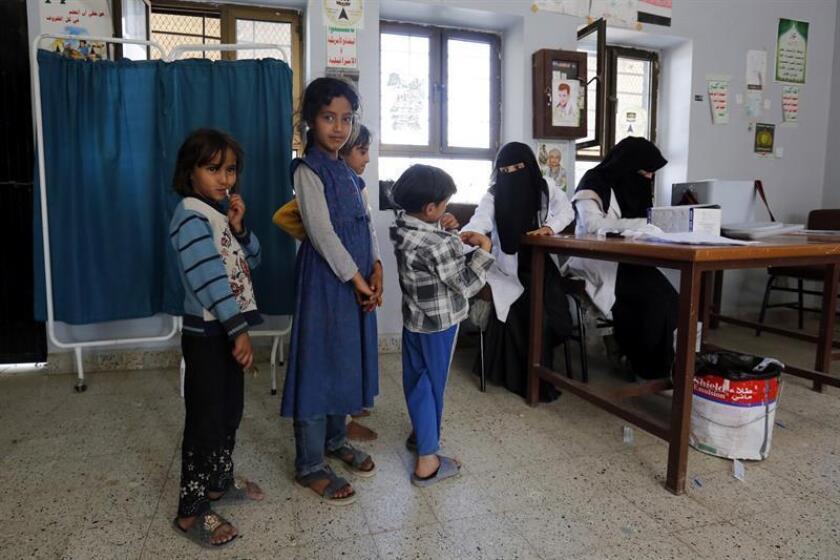 Niños yemeníes esperan su turno para ser vacunados durante una campaña contra el sarampión en un centro de salud, en Sana'a (Yemen). EFE/Archivo