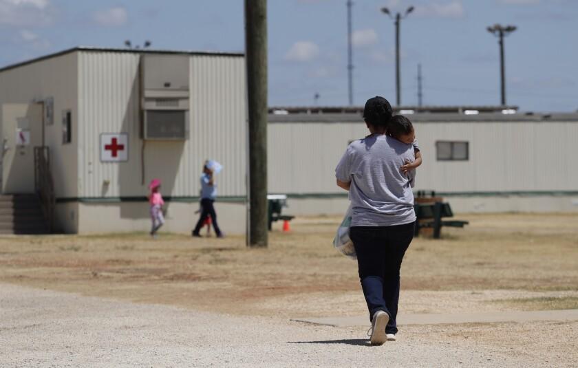 En esta imagen de archivo, tomada el 23 de agosto de 2019, solicitantes de asilo caminan