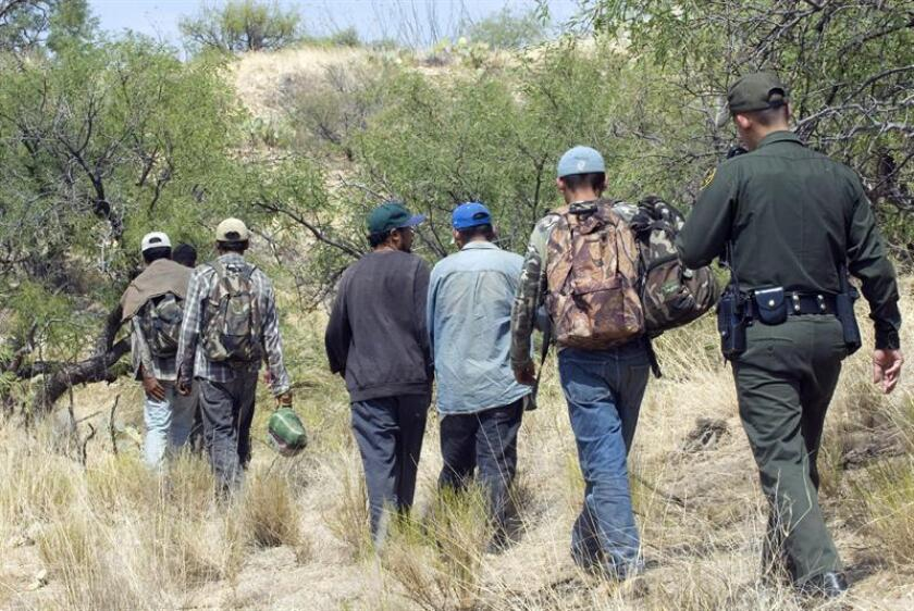 """El """"miedo"""" a la política migratoria del presidente Donald Trump parece haber disminuido en los últimos meses entre los inmigrantes que cruzan de manera ilegal la frontera con México, donde se ha registrado un leve pero constante aumento en el número de arrestos, señalan personas conocedoras de la situación. EFE/ARCHIVO"""