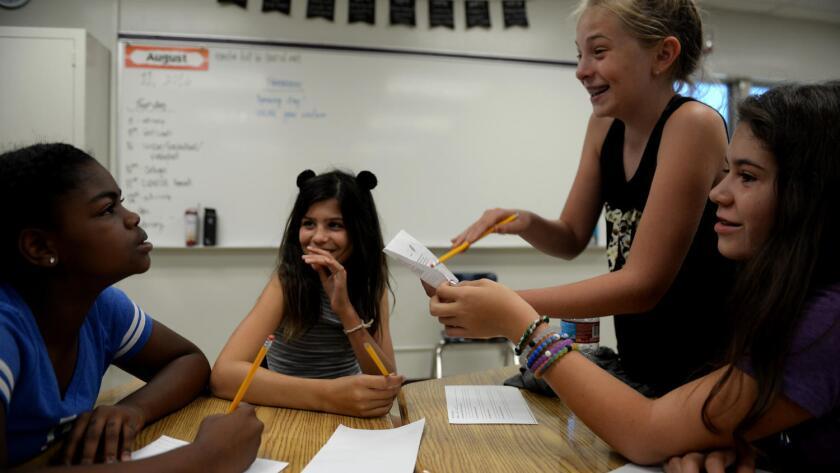 Las estudiantes ríen durante un momento alegre mientras asistían a un taller de análisis forense durante la orientación de Girls Academic Leadership Academy en Los Ángeles (GALS) (Callaghan o ' Hare / Los Angeles Times).