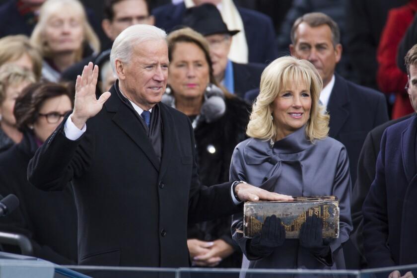 El presidente Biden recita el juramento al cargo mientras su esposa, Jill y sostiene la Biblia.