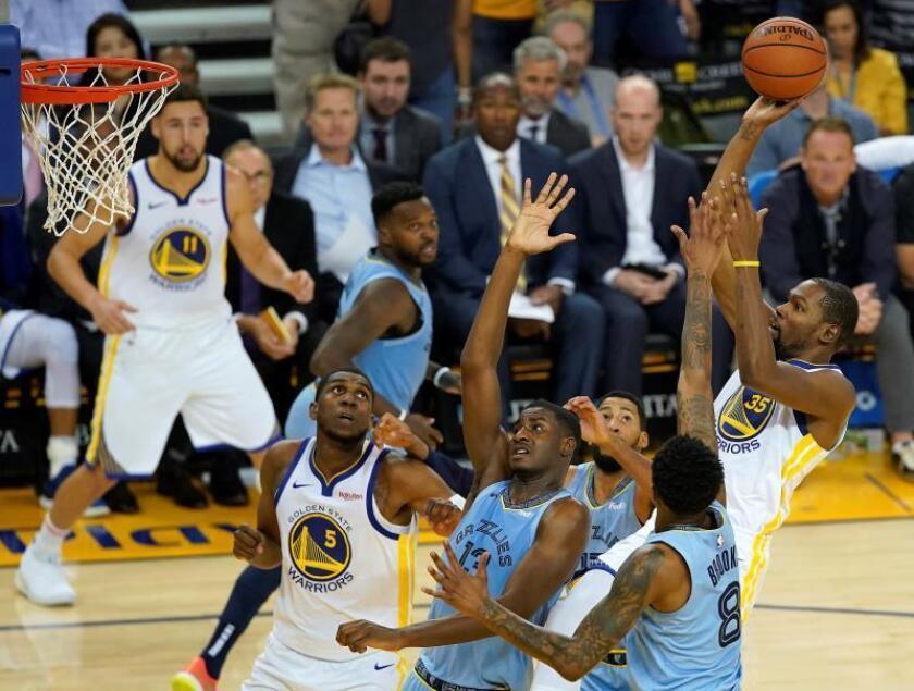 El alero Kevin Durant (d) de Golden State Warriors lanza ante el alero Jaren Jackson Jr. (c) y el escolta MarShon Brooks (2-d) de Memphis Grizzlies durante su partido de la NBA. EFE