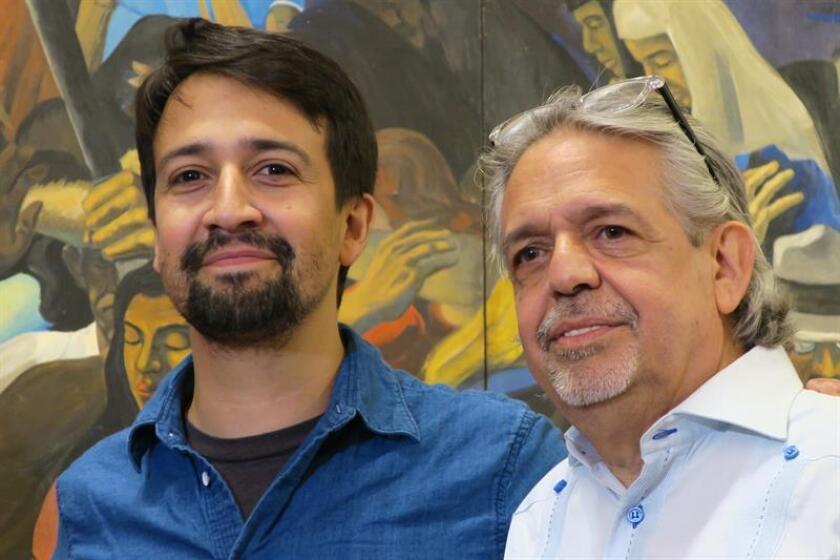 """El dramaturgo y actor de origen puertorriqueño Lin Manuel Miranda (i) posa con su padre Luis Miranda (d) durante una rueda de prensa en San Juan (Puerto Rico), donde dijo que tiene que repasar el guión para la serie de presentaciones de su musical, """"Hamilton"""", en enero de 2019 en el Teatro de la Universidad de Puerto Rico. EFE/Archivo"""