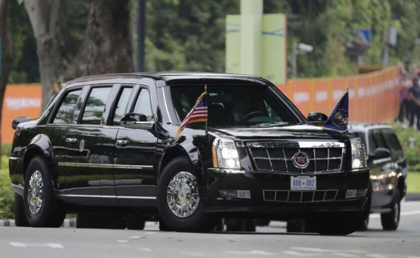 El presidente estadounidense, Donald J. Trump, se dirige en su limusina a la cumbre con el líder norcoreano, Kim Jong-un, celebrada este martes martes, 12 de junio, en su el Hotel Capella en la isla Sentosa (Singapur). EFE