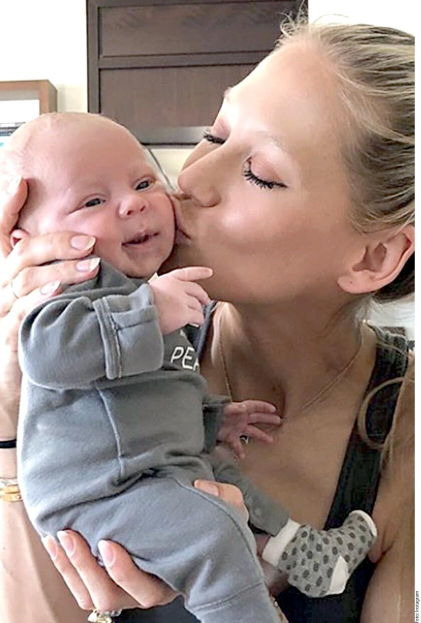 El amor entre los famosos surge de maneras inesperadas: mientras Enrique Iglesias y Anna Kournikova presentan a sus bebés, una nueva pareja pasea muy romántica por la playa, Chris Martin y Dakota Johnson.