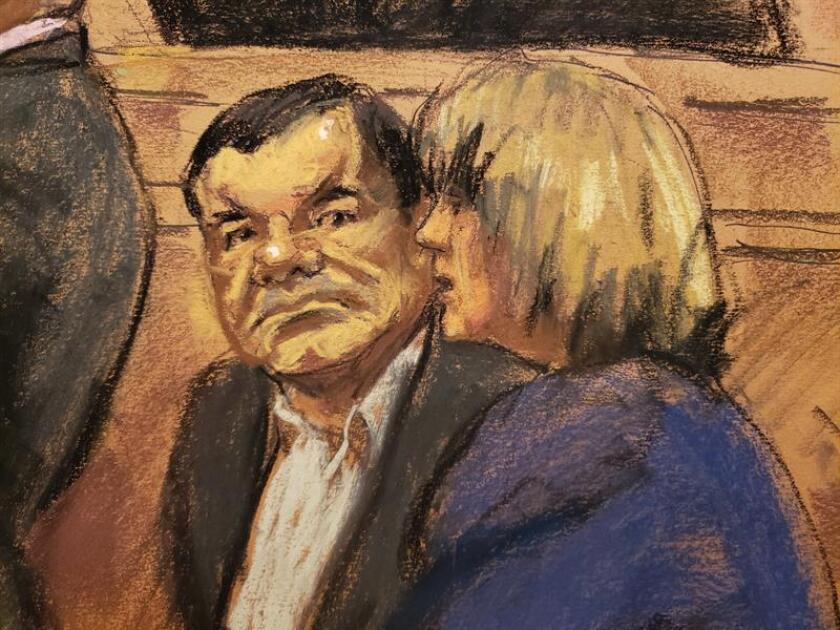"""Reproducción fotográfica de un dibujo realizado por la artista Jane Rosenberg donde aparece el narcotraficante mexicano Joaquín """"El Chapo"""" (i) Guzmán mientras escucha a la intérprete durante una audiencia en el tribunal del Distrito Sur en Brooklyn, Nueva York (EE.UU.). EFE"""