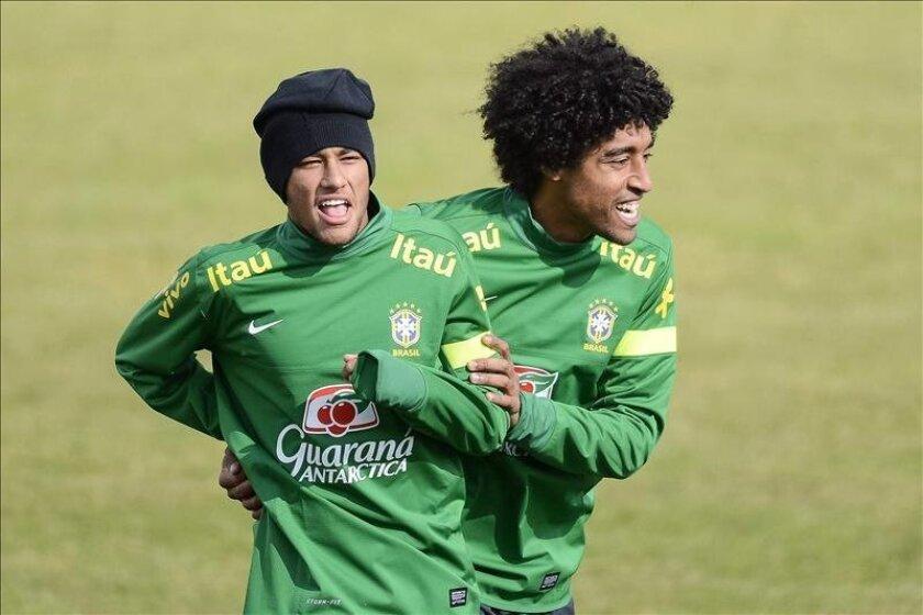 Imagen de archivo del 20 de marzo de 2013 de un entrenamiento de los internacionales brasileños Neymar (d) y Dante con su selección en el estadio Colovray en Nyon, Suiza. EFE/Archivo