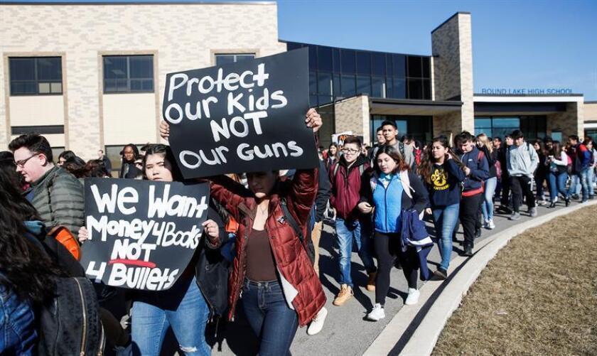 Estudiantes del Round Lake High School participan en el paro realizado a nivel nacional para protestar contra la violencia por armas de fuego, en Round lake, Illinois, Estados Unidos, hoy, 14 de marzo de 2018. EFE/Archivo