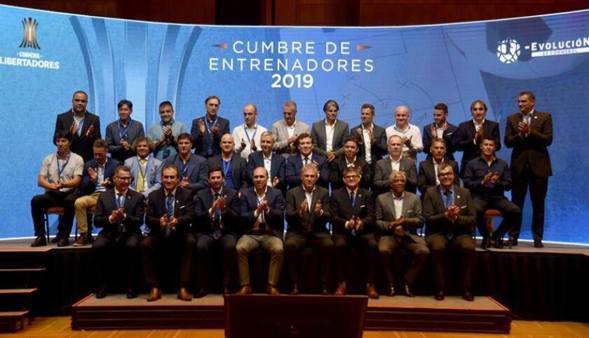 El presidente de la Conmebol, Alejandro Domínguez (c), posa durante la foto oficial de los entrenadores que participaron en la cumbre de entrenadores de clubes que disputan la Copa Libertadores este martes en la sede de la Conmebol en Luque. EFE