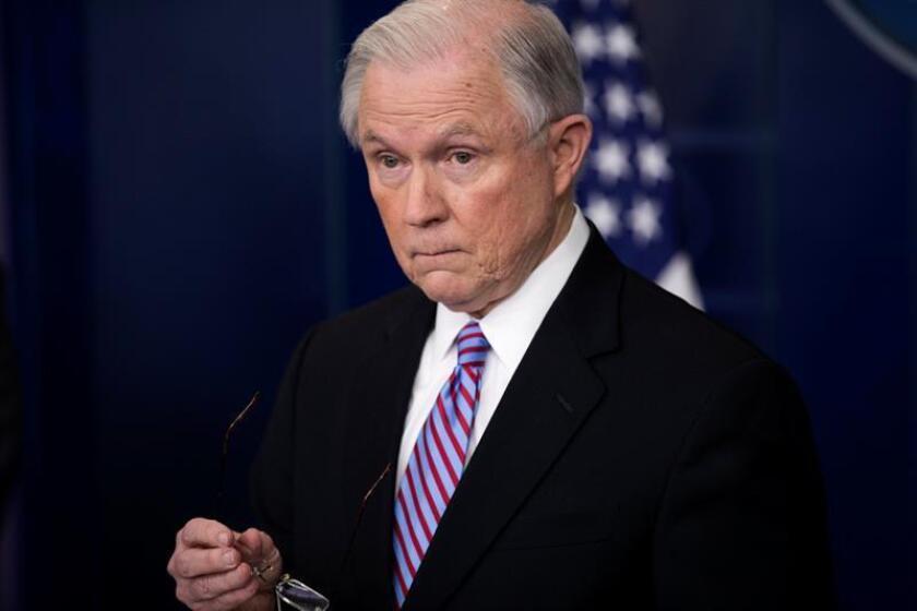 El fiscal general, Jeff Sessions, se defendió hoy de las numerosas críticas del presidente, Donald Trump, y aseguró que su departamento no se dejará influir por las consideraciones políticas. EFE/Archivo