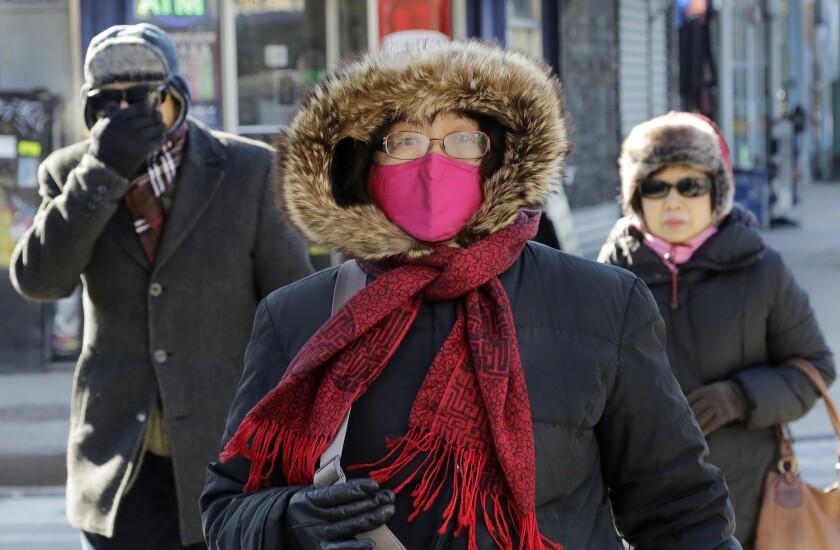 Transeúntes se ven abrigados al caminar en medio del intenso frío el domingo, 14 dew febrero del 2015, en Queens, Nueva York. nPara gran parte del nordeste de Estados Unidos, el día de San Valentín fue el más frío de la historia, obligando a los que se aventuraron a salir a abrigarse de pies a cabeza. (Foto AP/Mark Lennihan)