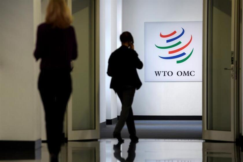 Empleados de la Organización Mundial de Comercio (OMC) pasean por los pasillos de la sede, en Ginebra (Suiza). EFE/Archivo