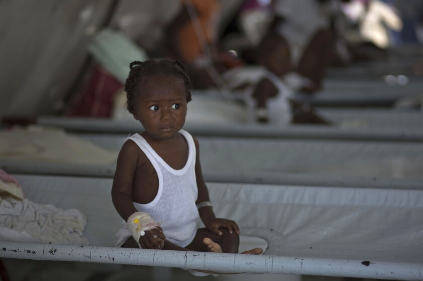 En esta imagen de archivo, una niña recibe tratamiento tras sufrir los síntomas del cólera en una clínica especializada en esta dolencia de Médicos Sin Fronteras, en Puerto Príncipe, Haití.(AP Foto/Ramon Espinosa)