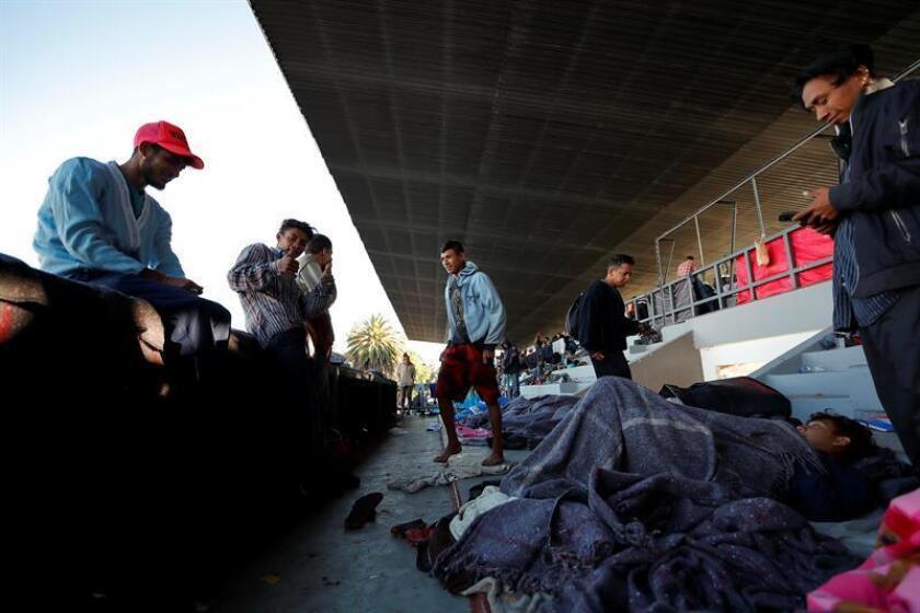 Grupos de migrantes descansan, en el deportivo Jesús Martínez Palillo de Ciudad de México (México) hoy, lunes 5 de noviembre de 2018. EFE