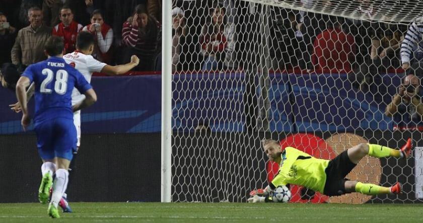 Un delantero falla un penalti durante un partido de Liga de Campeones. EFE/Archivo