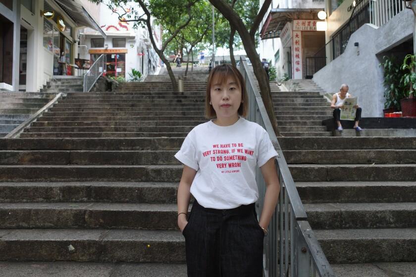"""موک کوان لینگ کارگردان هنگ کنگی با تی شرت می گوید: """"اگر می خواهیم کاری بسیار اشتباه انجام دهیم ، باید بسیار قوی باشیم."""""""