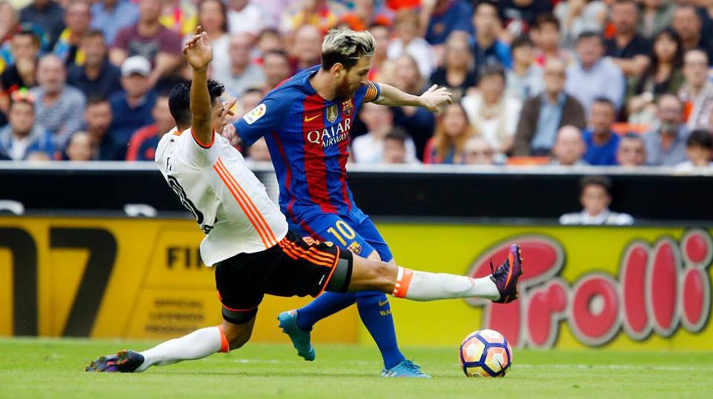 Lionel Messi anotó dos goles, incluyendo un penal en los descuentos, y el Barcelona remontó el marcador para ganar 3-2 en su visita al Valencia.