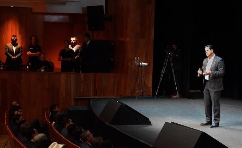 El gobernador del central estado mexicano de Guanajuato, Diego Rodríguez, participa este jueves durante su primer informe como mandatario estatal, en la ciudad de León, en el estrado de Guanajuato (México). Diego Rodríguez advirtió este jueves que en la entidad que dirige la ley no estará sujeta a negociación y ésta se va aplicar con rigurosamente. EFE