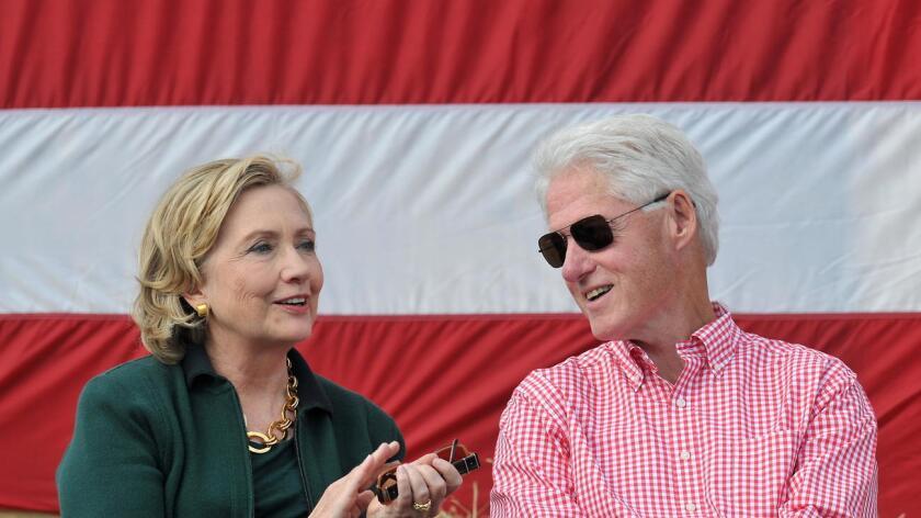 Los Clinton saludan a sus seguidores, durante una aparición en Brooklyn, el pasado junio (Associated Press).