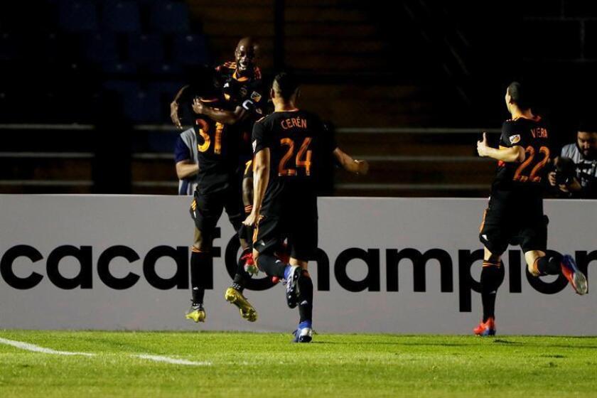 Varios jugadores del Dynamo de Houston de Estados Unidos celebran un gol ante el Guastatoya de Guatemala, en el partido de ida de la Liga de Campeones de la Concacaf. EFE/Archivo