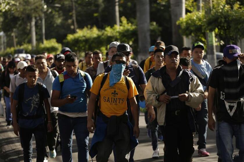 Migrantes salvadoreños inician su recorrido el domingo 28 de octubre de 2018, desde la Plaza El Salvador del Mundo, en San Salvador (El Salvador). EFE