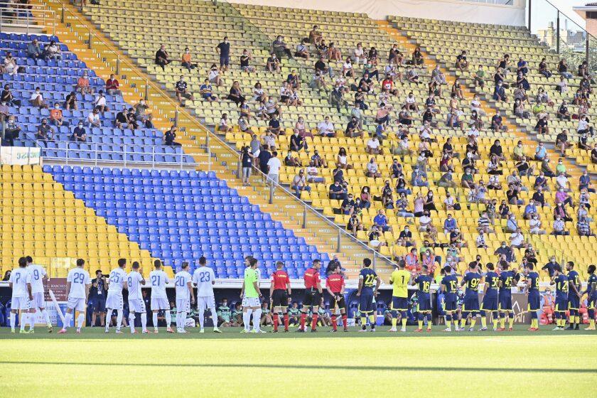 Un grupo reducido de aficionados espera el inicio del partido amistoso entre el Parma y Empoli,
