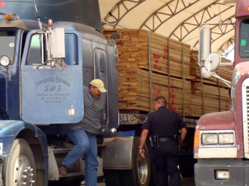 Fotografía de un camión de carga mexicano mientras está estacionado en la frontera con EEUU. EFE/Héctor Manuel Castro/Archivo