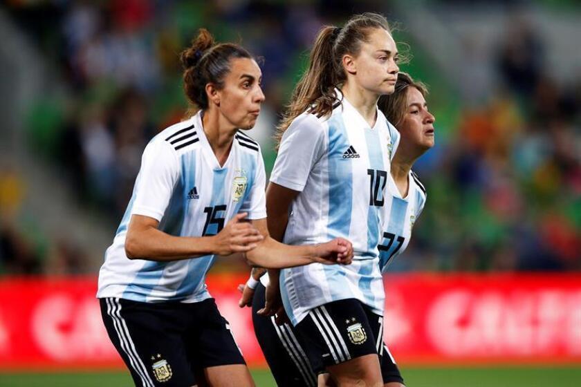 Las argentinas (de i a d) Belen Potassa, Estefania Banini y Yamila Rodriguez reaccionan durante el partido contra Australia, este miércoles, en la Copa de las Naciones femenina en Melbourne (Australia). EFE/