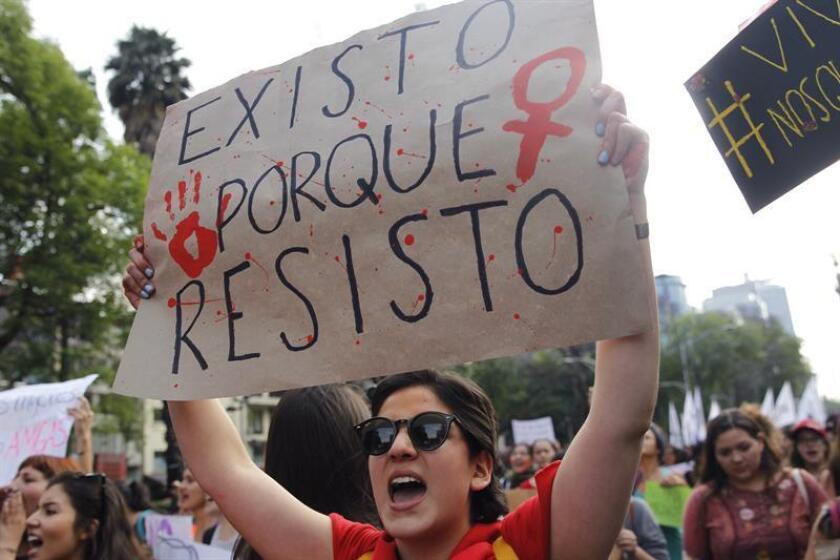 Cientos de mujeres marchan hoy, jueves 8 de marzo de 2018, por las calles de Ciudad de México (México), para conmemorar el Día Internacional de la Mujer. EFE