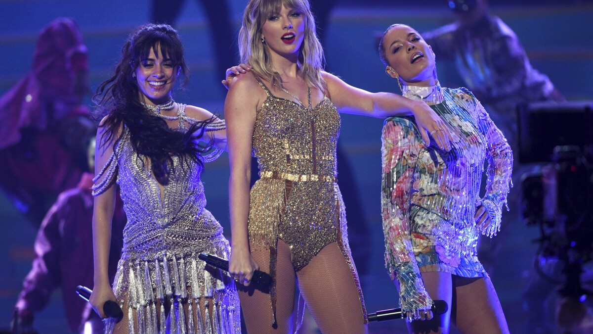 Taylor Swift Is Artist Of The Decade At American Music Awards Los Angeles Times