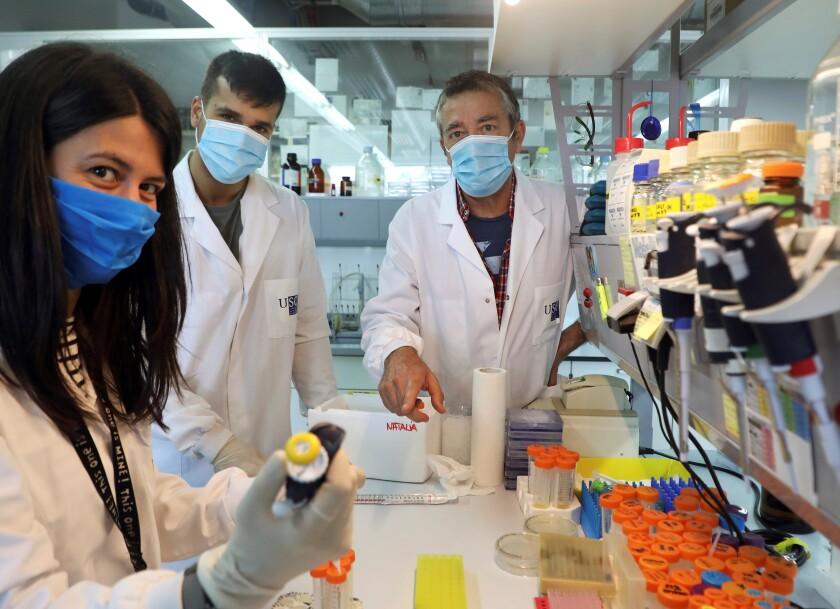 El científico José Martínez-Costas (d) con parte de sus investigadores