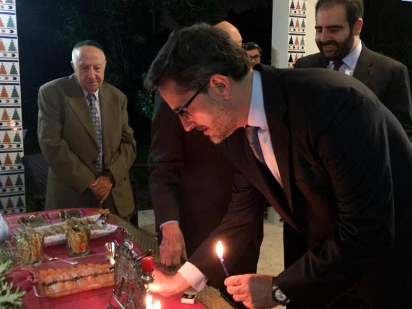 El cónsul general de España en Miami, Cándido Creis, enciende la séptima vela de Janukah, una festividad hebrea que se celebra en diciembre, hoy, lunes 18 de diciembre de 2017, en la residencia del cónsul general de España en Miami (EE.UU.). EFE