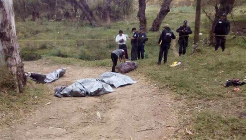 Policías estatales resguardan los restos humanos encontrados hoy, martes 30 de enero de 2018, en el municipio de Chilapa, en el estado de Guerrero (México). Las autoridades mexicanas encontraron siete cabezas y restos de cuerpos humanos cerca de un río del municipio de Chilapa, informó hoy la Secretaría de Seguridad Pública del sureño estado de Guerrero. EFE/STR/MEJOR CALIDAD DISPONIBLE