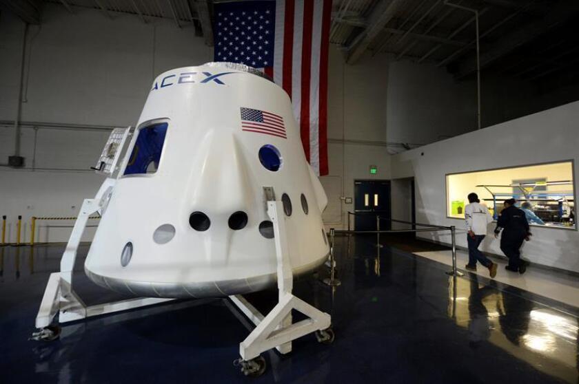 El despegue desde Cabo Cañaveral (Florida) de un cohete de la empresa privada Space X fue cancelado hoy a último minuto para revisar el sistema de dirección del motor, según señaló la firma de Elon Musk. EFE/Archivo