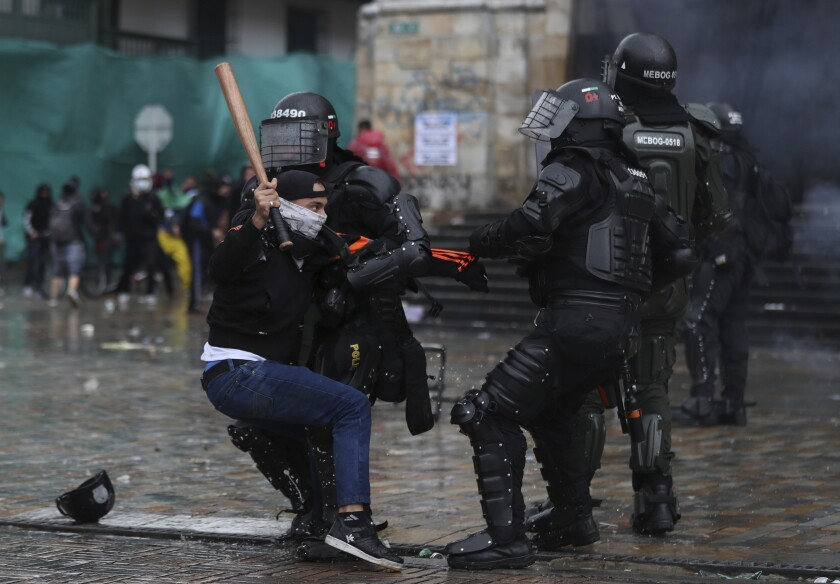 Un manifestante se enfrenta a la policía durante una protesta contra el gobierno en Bogotá