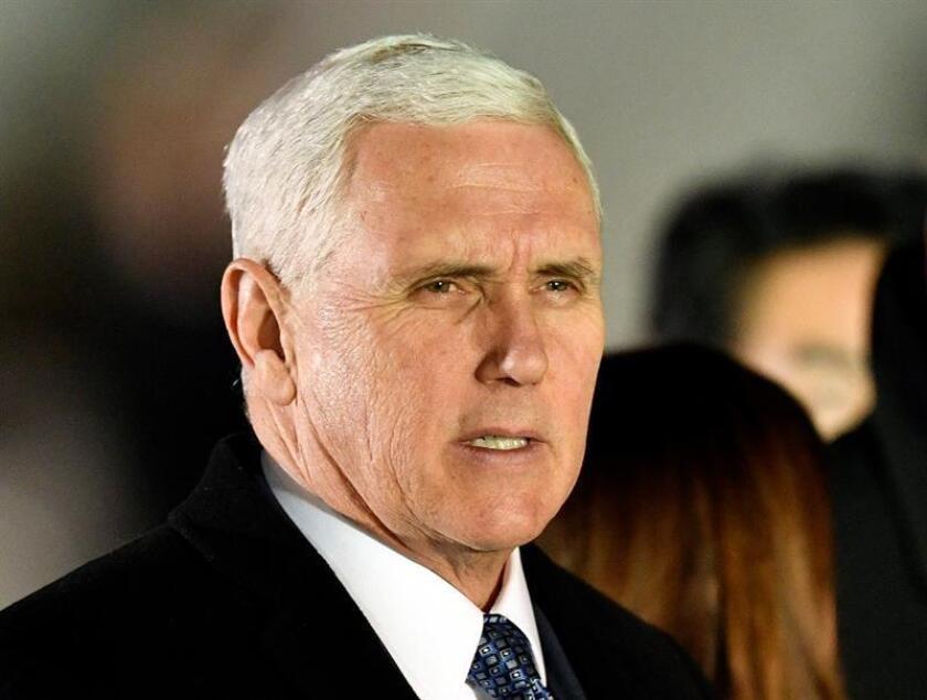 """El vicepresidente, Mike Pence, dijo este lunes que el acuerdo nuclear que en 2015 suscribió Irán con seis potencias, entre ellas Washington, tan solo """"retrasa"""" la obtención de armas nucleares por parte de Teherán. EFE/EPA/Archivo"""