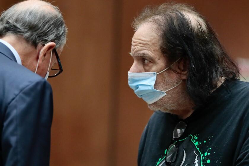 La estrella del cine para adultos Ron Jeremy durante su asistencia a una corte del Sur de California.