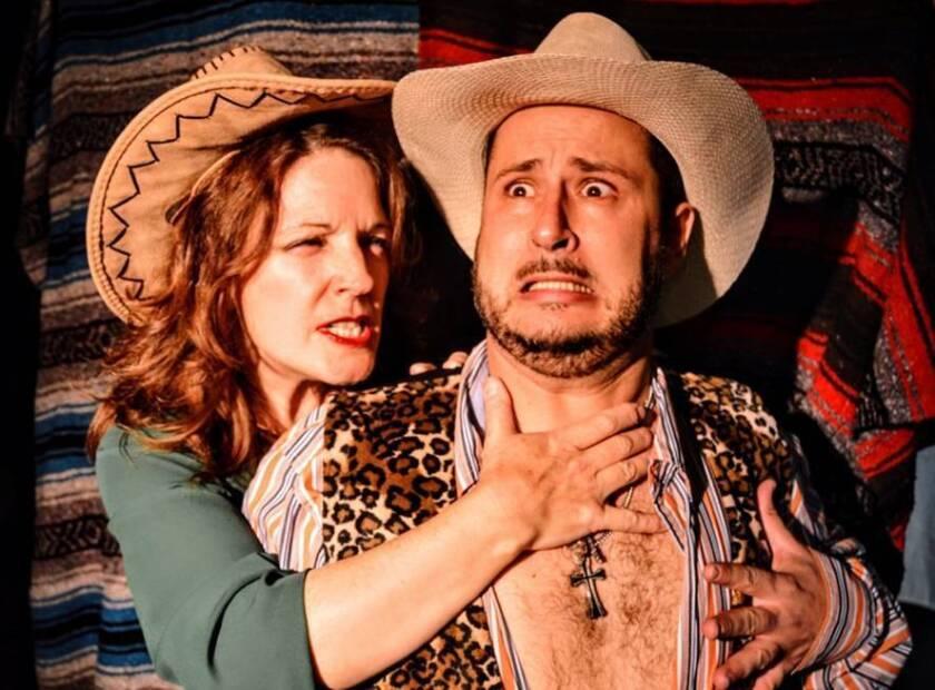 """A la der., Sebastián Muñoz, director y protagonista de la nueva obra teatral """"A Telenovela Christmas Carol"""", que se estrena este viernes."""