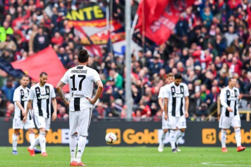 Los jugadores del Juventus lamentan la derrota cosechada en el Luigi Ferraris Stadium de Génova, Italia. EFE/EPA