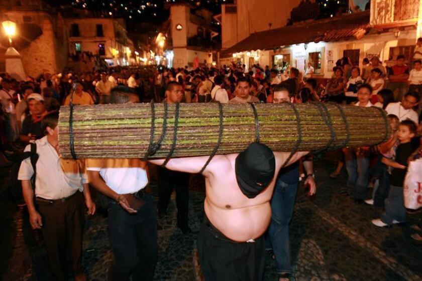 Los Encruzados de Taxco, penitentes encapuchados con el torso y los pies desnudos y un atado de espinas a cuestas, simbolizan el fervor religioso que reúne a cientos de fieles en una de las celebraciones religiosas más dramáticas y emblemáticas de la Semana Santa en México. EFE/ARCHIVO
