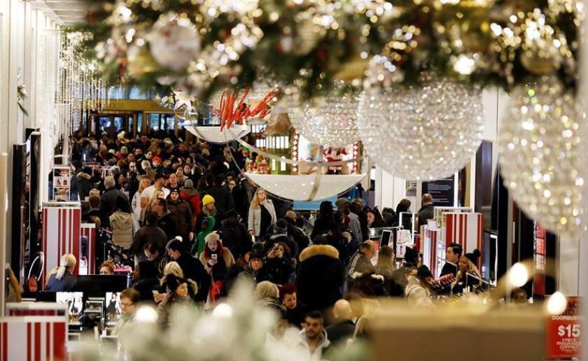 """Compradores abarrotan la tienda Macy's durante el """"Black Friday"""" en Nueva York (EE.UU). EFE"""